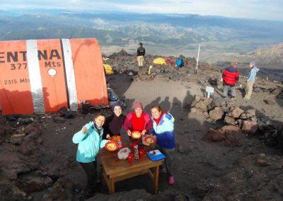 Lau, Moni y Andrea en el Volcán Lanin